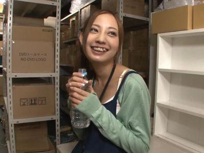 社内倉庫で声を我慢しながらガクブル潮吹きしちゃう超敏感女を痴漢してヤル!!