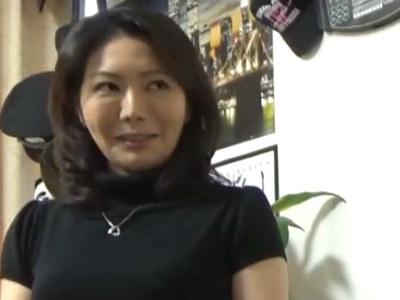 イケメンが熟女を部屋に連れ込んでSEXに持ち込む様子を盗撮した動画