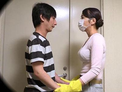 同じマンションの廊下の清掃員のオバちゃんはえげつない接吻で僕を誘惑。
