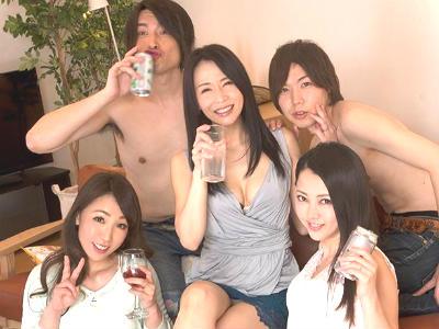 お酒の力を借りてどうにかこうにかセックスしたい男たちが旦那とセックスレスで欲求不満の人妻を飲ませて酔わせてヤリ捨てポイ!
