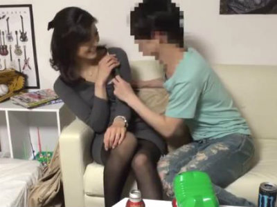 イケメンが熟女を部屋に連れ込んでSEXに持ち込む様子を盗撮したDVD。30~強引にそのまま中出ししちゃいました~