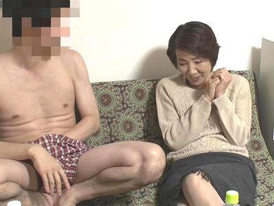 若い男の子が完熟おば様を部屋に連れ込みあの手この手で口説いて中出しセックスするビデオ